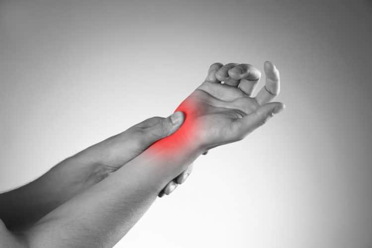 سندروم تونل کارپال عارضهای است که در کف و مچدست اختلال ایجاد کرده و حرکات دست را دچار مشکل میکند. دلیل این بیماری، ایجاد فشار بر روی عصب مدیان میباشد. - دکتر نوید حسین زاده متخصص طب فیزیکی و توان بخشی در رشت