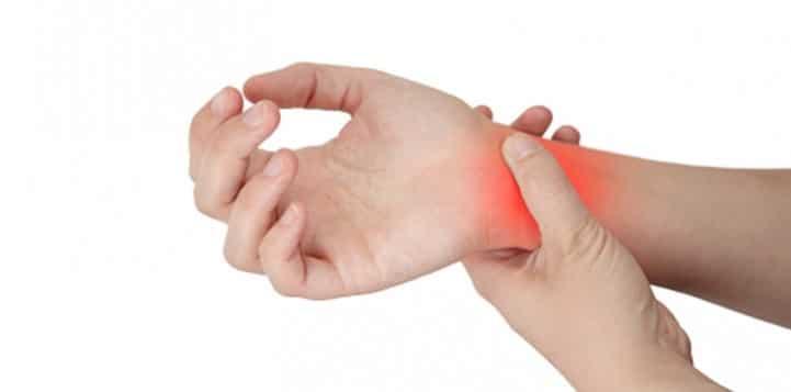 در آرتروز مچ دست، بافت غضروفی پوشاننده مفصل، به دلیل التهاب یا به دلیل جراحت یا فشار مکرر دچار آسیب میشود.